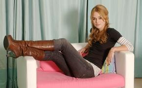 Картинка взгляд, девушка, диван, джинсы, сапоги, актриса, Кира Найтли, Keira Knightley