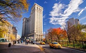 Картинка дорога, осень, небо, облака, машины, город, парк, люди, улица, здания, дома, Нью-Йорк, небоскребы, такси, USA, ...
