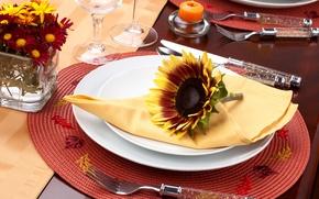 Картинка цветы, подсолнух, свечи, бокалы, тарелки, ножи, салфетка, вилки, циновка, сервировка, столовые приборы