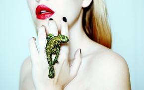 Картинка девушка, хамелеон, рука, кольцо, губы, перстень