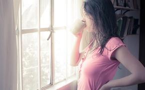 Картинка взгляд, девушка, фон, розовый, обои, чай, настроения, кофе, утро, окно, чашка, мокрые волосы, брннетка, крука
