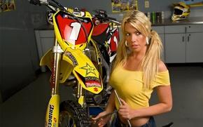 Картинка Девушка, Девушки, ключ, сидит над желтым мотоциклом Suzuki, блондинка Stefanie
