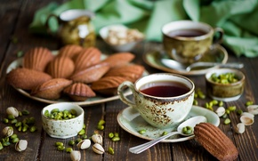 Обои орехи, фисташки, чай, чашки, печенье, ложки, орешки