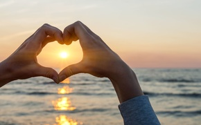 Картинка волна, пальцы, широкоэкранные, сердце, рука, размытие, HD wallpapers, обои, море, вода, полноэкранные, океан, лучи солнца, ...