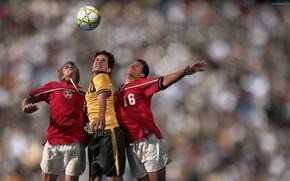 Картинка футбол, мужчины, борьба за мяч в воздухе
