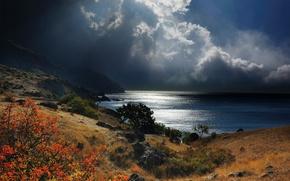 Картинка небо, трава, горы, тучи, камни, пасмурно, побережье, лучи солнца, кусты, Крым, Черное море