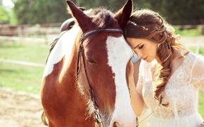Картинка лето, девушка, солнце, настроение, лошадь, платье, шатенка, прогулка, в белом, боке