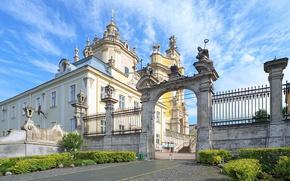 Картинка небо, облака, забор, дорожка, арка, солнечно, Украина, кусты, дворец, Львов, Lviv