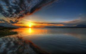 Картинка небо, вода, солнце, облака, закат, озеро, отражение, река, берег, горизонт