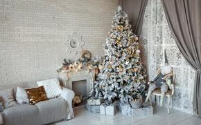 Картинка диван, стена, игрушки, елка, интерьер, Рождество, подарки, Новый год, ёлка, камин, шторы, гном