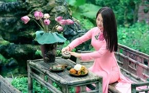 Картинка девушка, цветы, улыбка, чай, платье, сидит, столик