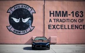 Картинка стена, чёрный, надпись, Maserati, тень, black, мазерати, передок, MC Stradale, Granturismo, грантуризмо, битонные плиты