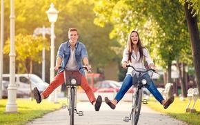Картинка девушка, город, парень, прогулка, велосипеды, happy couple on bikes