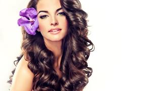 Обои цветок, взгляд, лицо, фон, модель, волосы, макияж, губы, кудри, орхидея