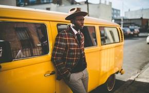 Картинка глаза, отражения, город, окна, шляпа, куртка, губы, тени, мужчина, зеркала, автомобили, улицы, солнечный свет, Volkswagen …