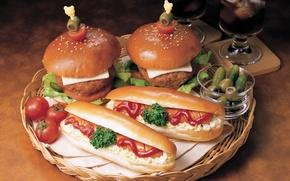 Обои зелень, еда, сыр, бокалы, помидоры, оливки, соус, кетчуп, поднос, сосиска, корнишоны, хот- дог, черри, котлеты, ...