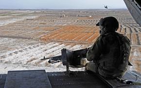 Обои небо, поля, горизонт, Солдат, пулемет, вертолёт, обзор