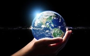 Картинка космос, звезды, Солнце, руки, атмосфера, арт, Земля, галактика, млечный путь, красотища, бесконечность, боке, wallpaper., держут, ...