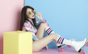 Обои волосы, ножки, лицо, ролики, очки, девушка