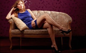 Картинка взгляд, девушка, задумчивость, платье, туфли, подушка, шатенка, кушетка
