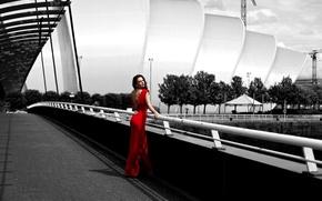 Картинка девушка, поза, красное, улица, платье, брюнетка, черно-белое