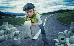 Картинка дорога, девочка, рулоны, туалетная бумага