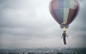 Обои человек, креатив, полёт, воздушный шар, смог, город, огонь