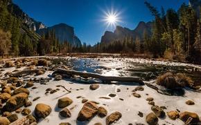 Обои лучи, горы, California, деревья, USA, вода, лес, ручей, солнце, небо, скалы, Yosemite National Park, камни