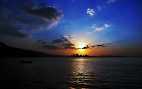 Картинка лодка, boat, city, город, вода, Sunset, water, Закат, небо, sky