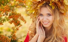 Картинка осень, взгляд, листья, девушка, улыбка, макияж, блондинка, венок