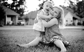 Картинка радость, счастье, дети, фото, настроение, девочка, черно-белое, малыши, улыбки, объятие
