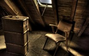 Картинка стул, чемодан, чердак