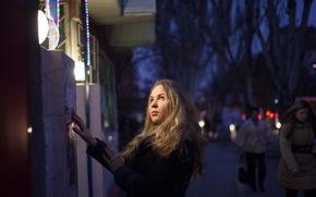 Картинка глаза, взгляд, девушка, свет, лицо, улица, вечер, блондинка, красивая