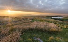 Картинка трава, солнце, озеро, камни, рассвет, холмы, утро