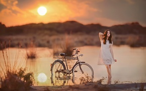Картинка девушка, солнце, велосипед, в воде