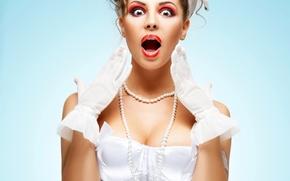 Картинка девушка, лицо, фон, удивление, макияж, прическа, перчатки, корсет, шатенка, красотка, в белом, мимика