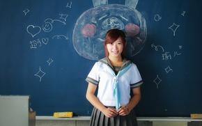 Обои рисунок, улыбка, доска, школьница, девушка