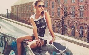 Обои a girl, a beer, a sun, скейт, кеды, очки, город
