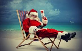 Картинка дед мороз, корабль, борода, праздник, песок, море, очки, горизонт, облака, бокал, сапоги, пляж, шапка, лежак, ...