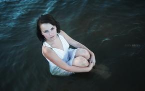 Картинка взгляд, девушка, лицо, поза, портрет, мокрая, платье, брюнетка, waves, прелесть, сидит, young, water, pretty, beauty, …