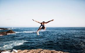Обои море, прыжок, парень