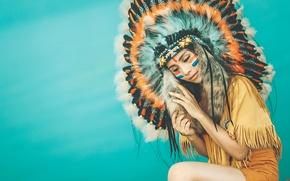 Картинка девушка, лицо, стиль, фон, одежда, перья, раскрас, головной убор