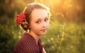 Картинка девочка, рябина, ягодка