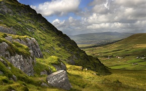 Картинка зелень, небо, трава, облака, горы, камни, склоны, вид, поля, дома, долина, Ирландия, Ireland, Valley, графство ...