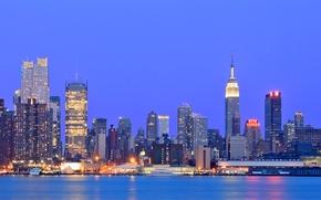 Обои небо, огни, река, здания, Нью-Йорк, небоскребы, вечер, подсветка, USA, США, синее, мегаполис, New York