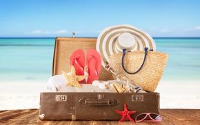 Картинка шляпа, морские звезды, бутылка, очки, ракушки, песок, чемодан, доски, море, сланцы, сумка