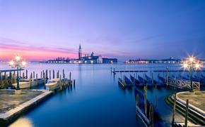 Картинка море, свет, закат, город, остров, пристань, лодки, вечер, причал, освещение, фонари, Италия, Венеция, Italy, гондолы, …