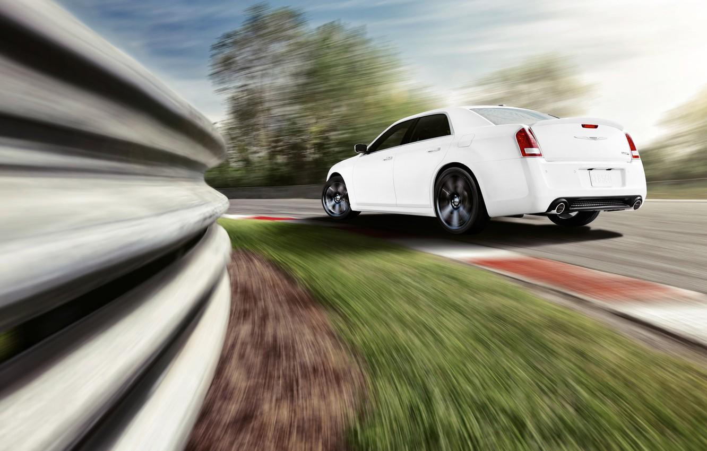 Фото обои машина, белый, скорость, трасса, поворот, автомобиль, chrysler, крайслер