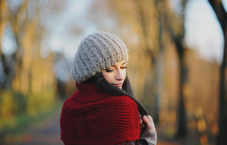 Фото обои осень, взгляд, девушка, лицо, ресницы, шапка, кофта, вязка