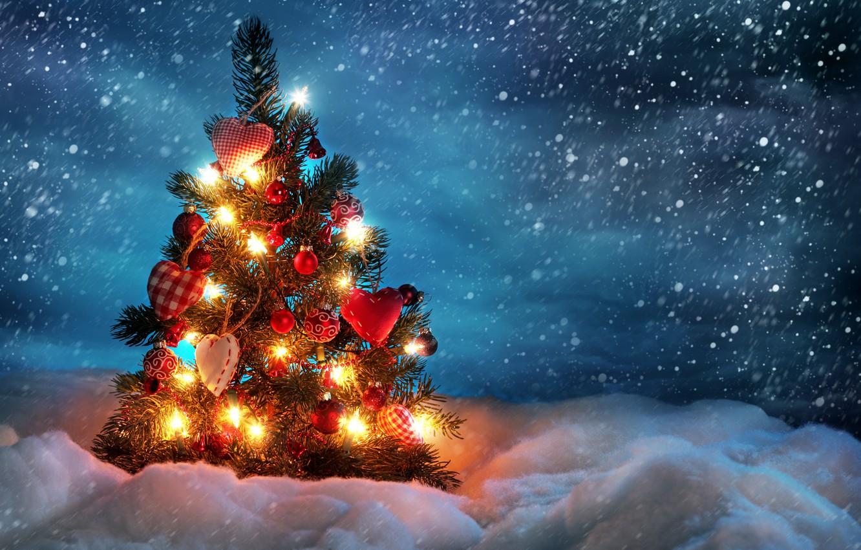 Фото обои зима, снег, украшения, шары, игрушки, ель, сердечки, ёлка, гирлянды, снегопад